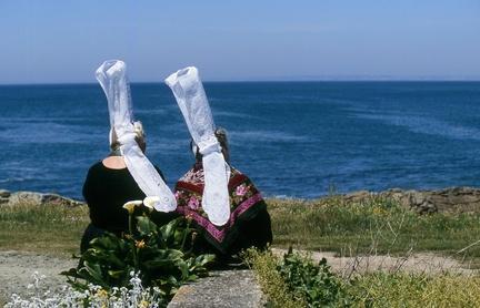 Deux bigoudènes face à la mer